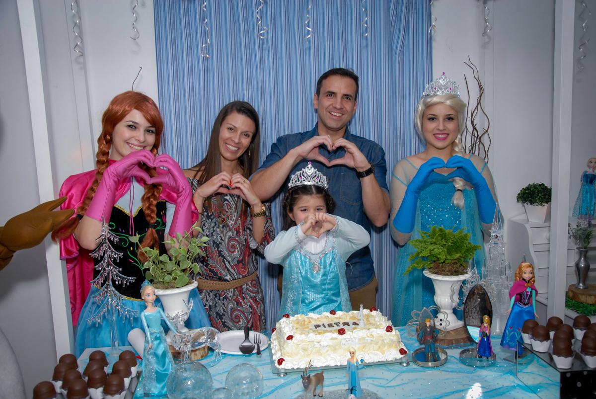 foto da família na mesa tema  frozen no