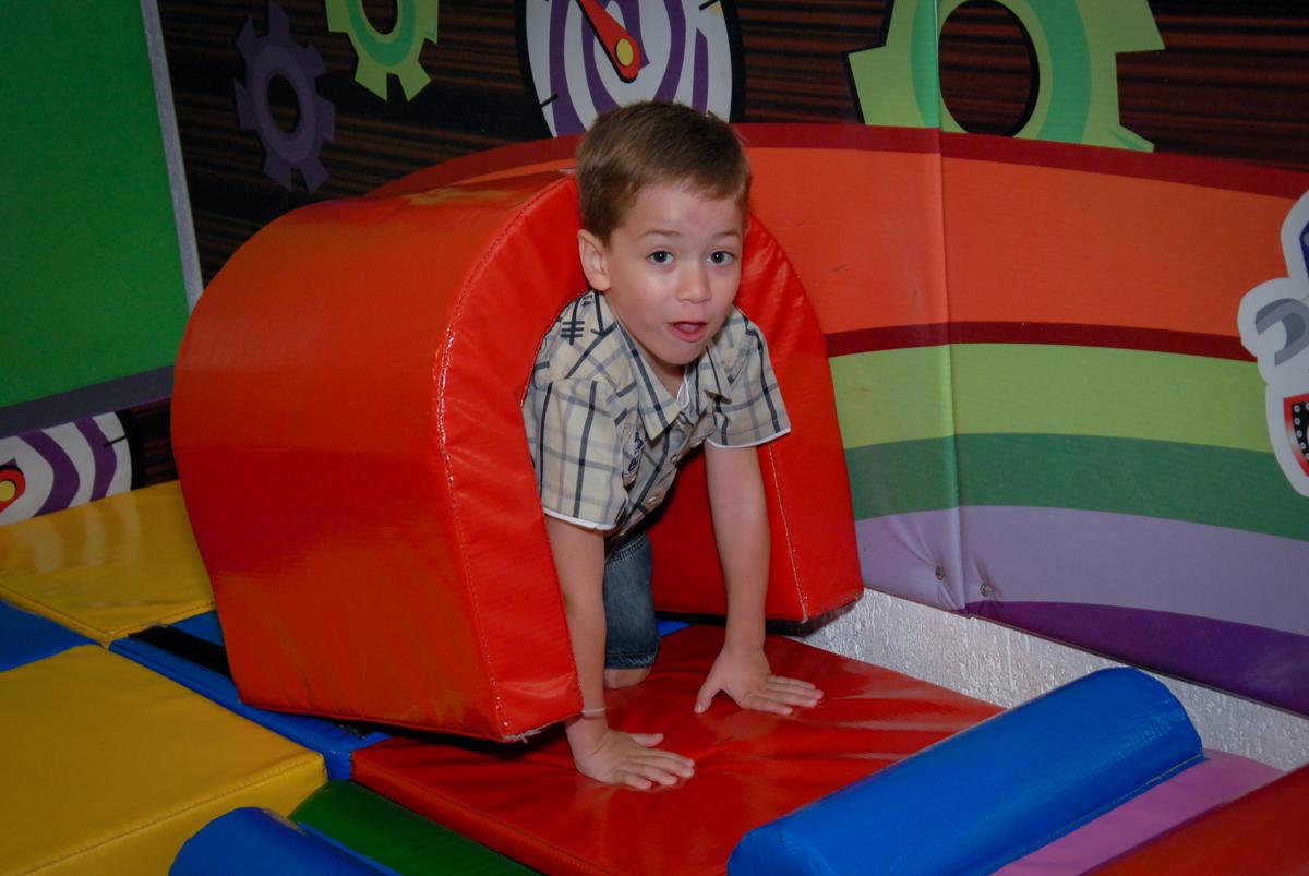 o aniversariante brinca no escorregador do brinquedão no Buffet Fábrica da Alegria, Morumbi, São Paulo