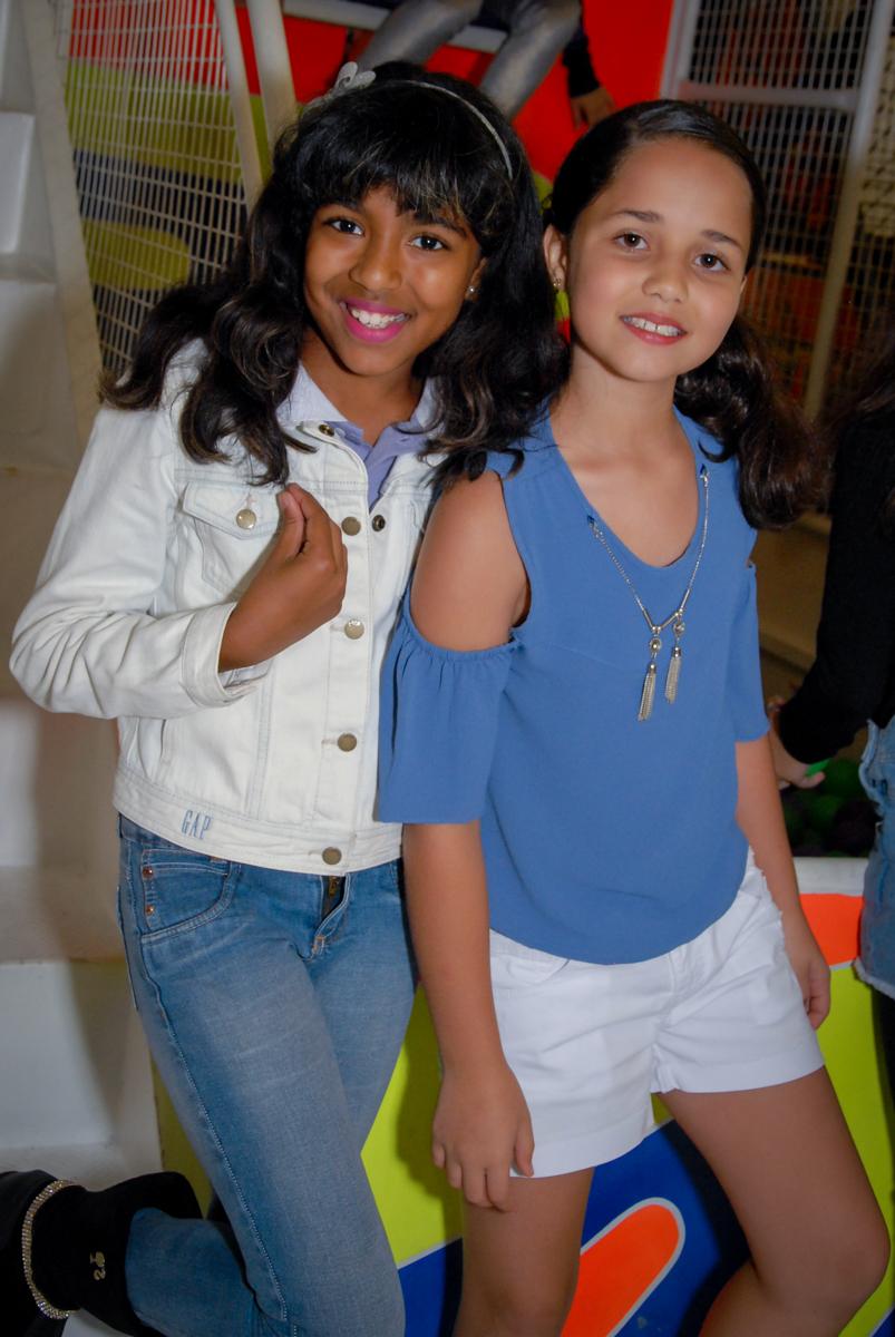 Foto da irmã do aniversariante e uma amiga na festa de aniversário do léo no Buffet Fábrica da Alegria, Morumbi, São Paulo