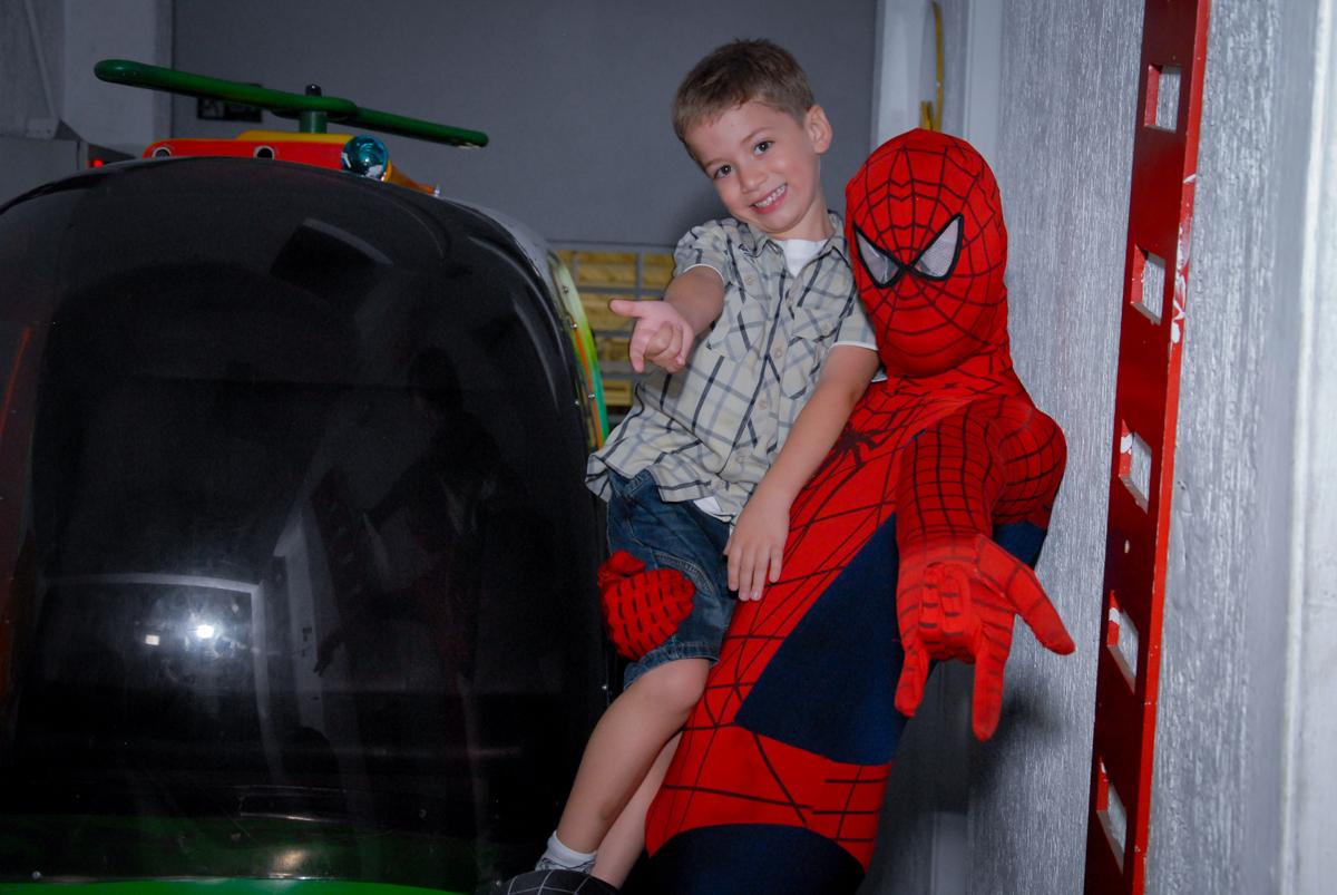 o aniversariante no colo do homem aranha no Buffet Fábrica da Alegria, Morumbi, São Paulo