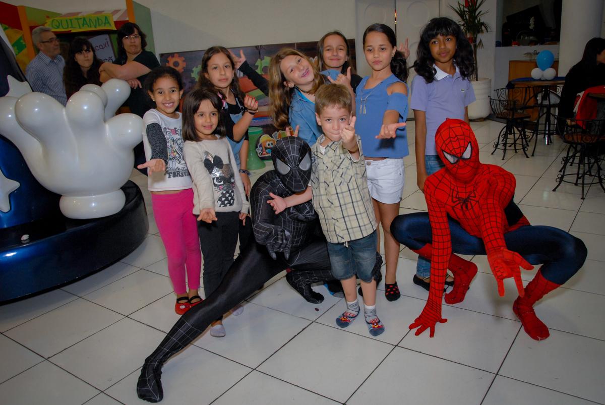 todas as crianças se divertem com o personagem do homem aranha no Buffet Fábrica da Alegria, Morumbi, São Paulo