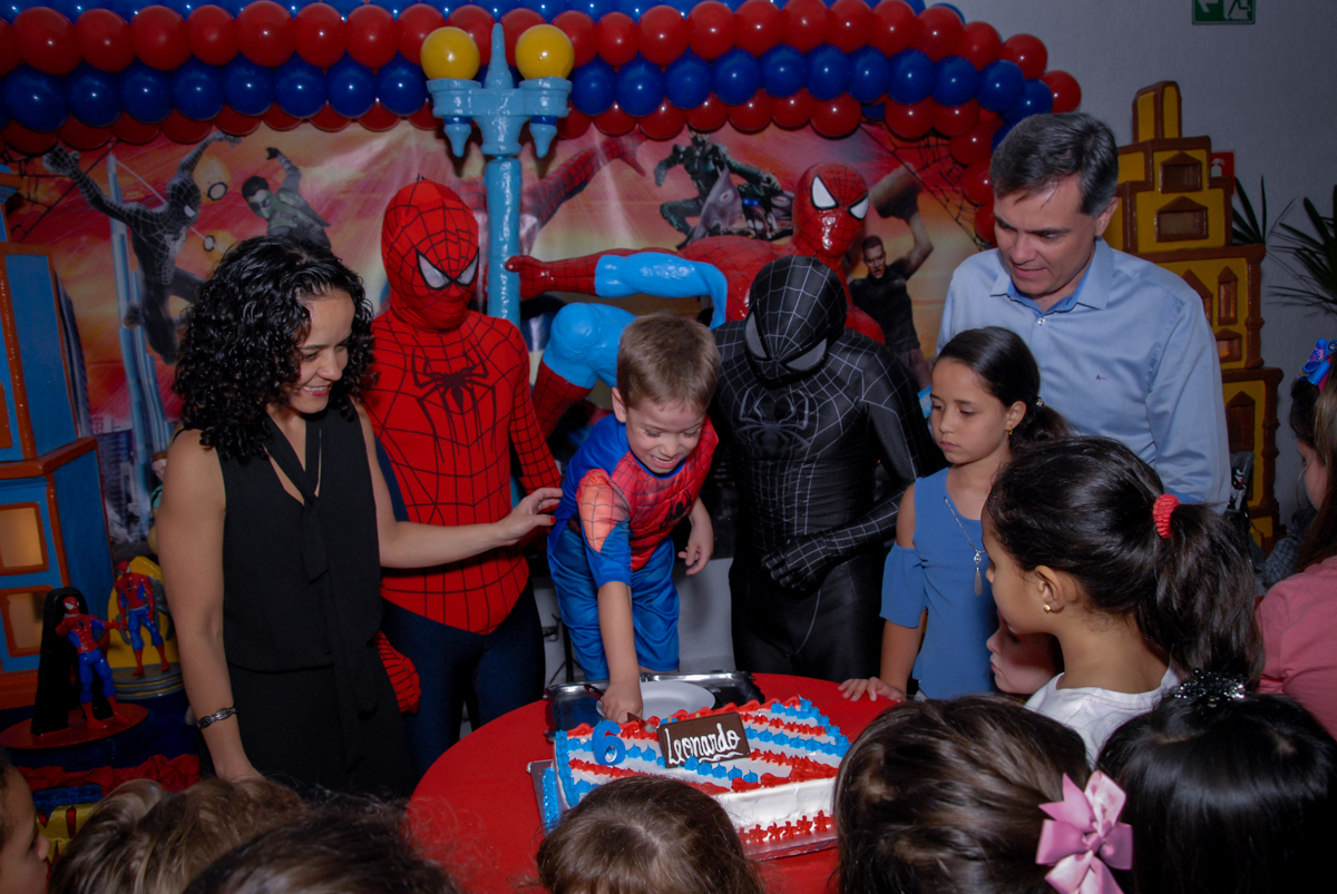 cortando o bolo de aniversário no Buffet Fábrica da Alegria, Morumbi, São Paulo