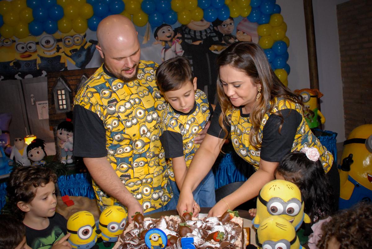 hora de cortar o bolo na festa de aniversário do pedro henrique no buffet spasso dourado, pirituba, são paulo