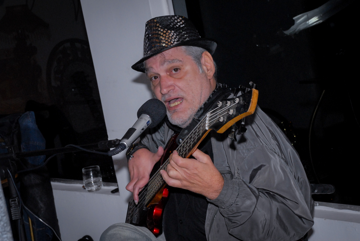 O cantor arrasa nas músicas anos 70 festa em condomínio Morumbi