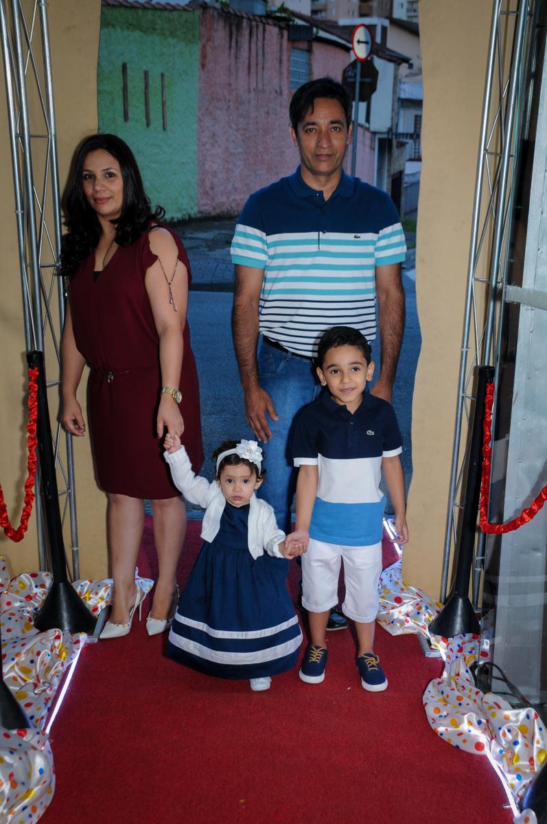 entrada da família para festa do Gabriel e da Giulia