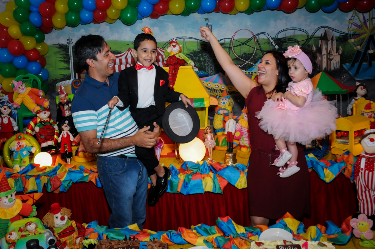 alegria contagiante dos aniversariantes na hora do parabéns no buffet fábrica da alegria, osasco, sp