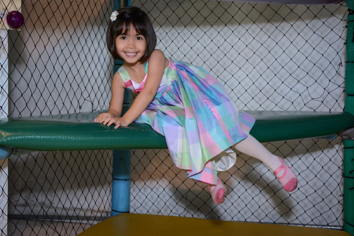 Isabela no brinquedão no Buffet Fábrica da Alegria, Morumbi, SP