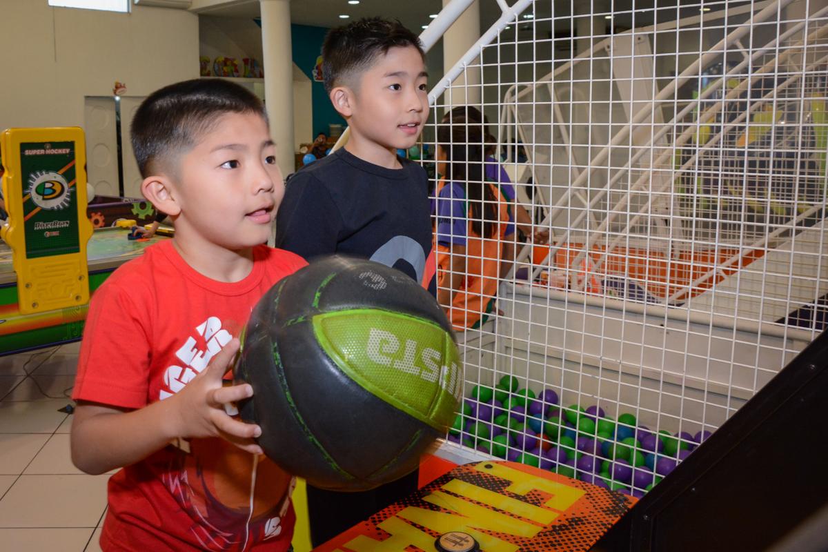 amiguinho no basquete no Buffet Fábrica da Alegria, Morumbi, SP