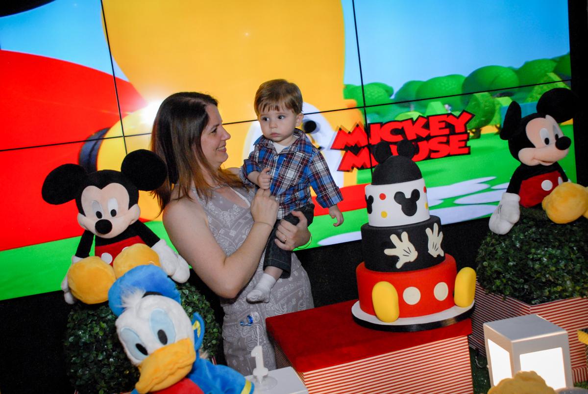 mamãe com o aniversariante no colo na mesa decorada circo no Buffet Bugui Ugui, Vila Mascote, São Paulo