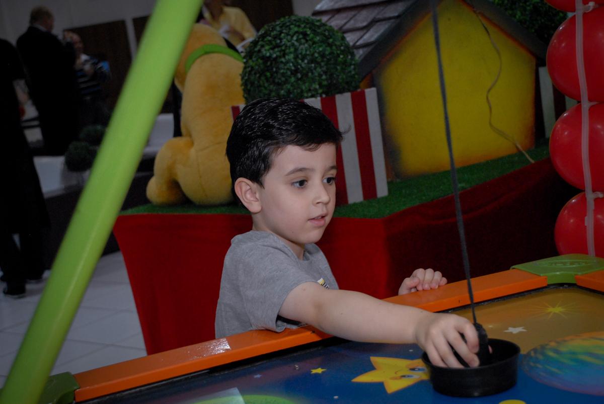 amiguinho do gabriel brincando no jogo de disco no Buffet Bugui Ugui, Vila Mascote, São Paulo