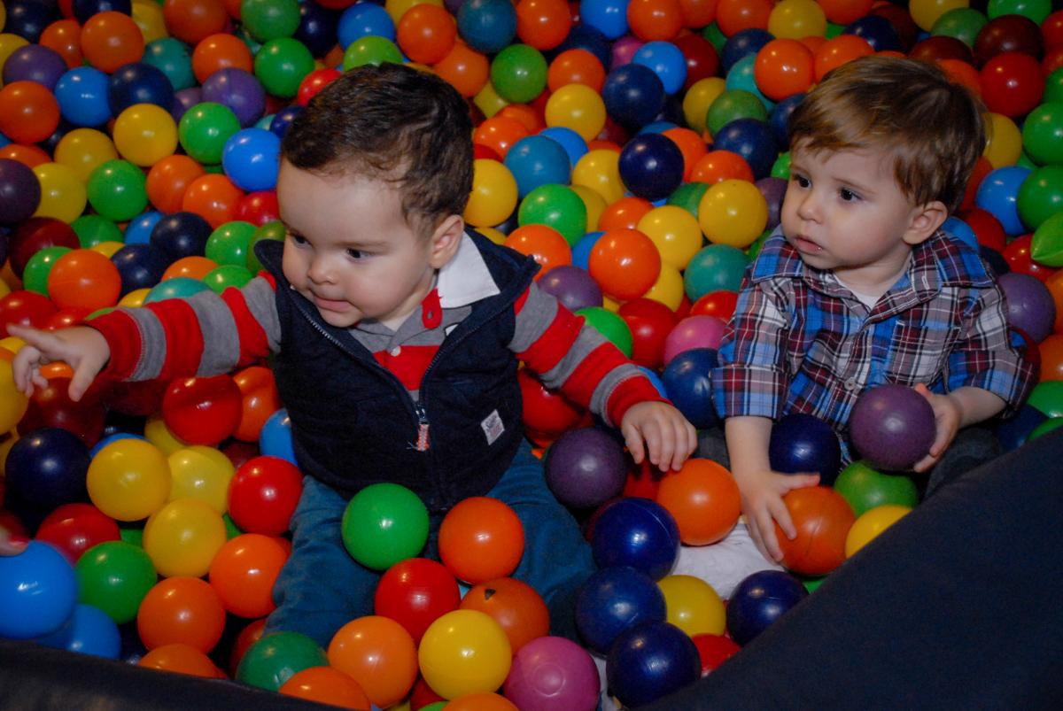 mais brincadeiras na piscina de bolinha no Buffet Bugui Ugui, Vila Mascote, São Paulo