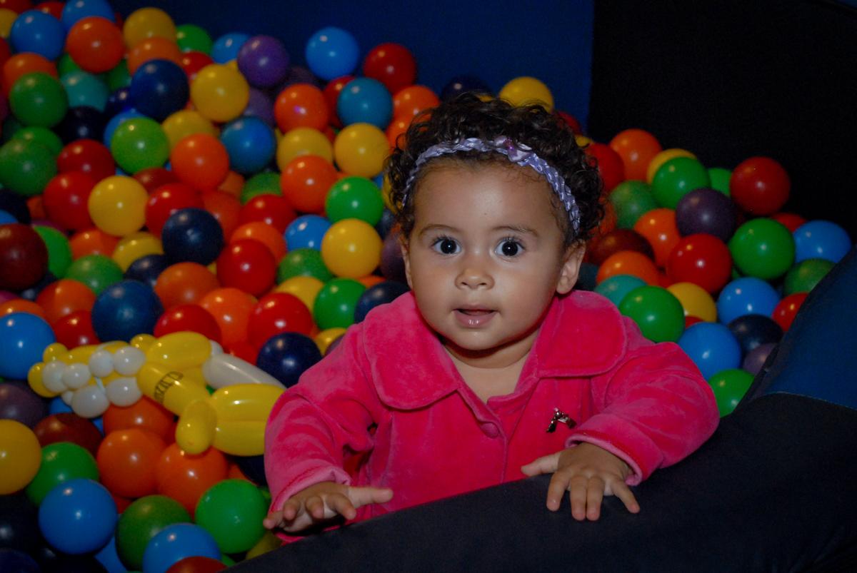 alegria da bebê na piscina de bolinha no Buffet Bugui Ugui, Vila Mascote, São Paulo