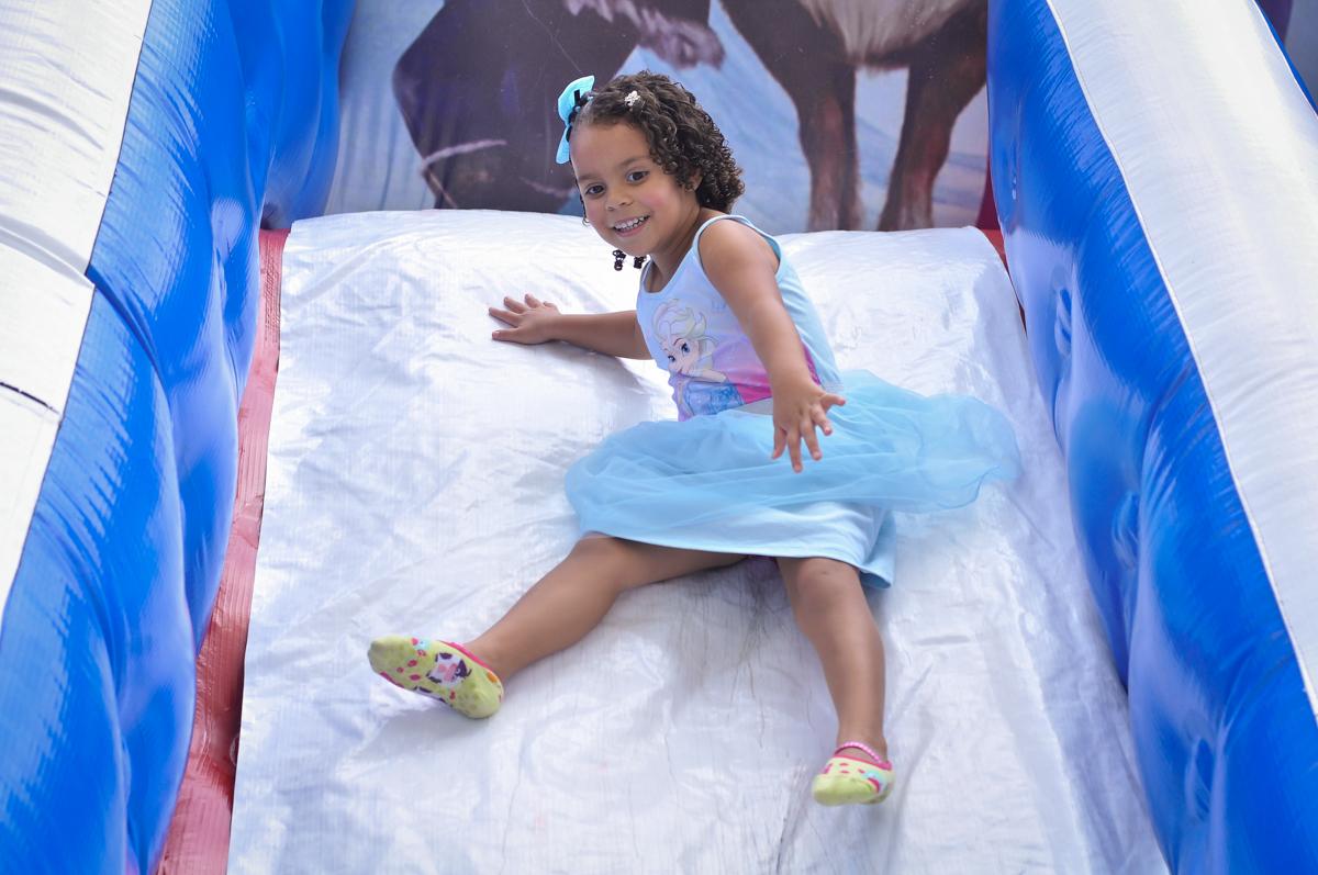 muita alegria na festa de aniversário de camile 10 anos e letícia 4 anos no Condomínio São Paulo, SP, tema da festa Frozen