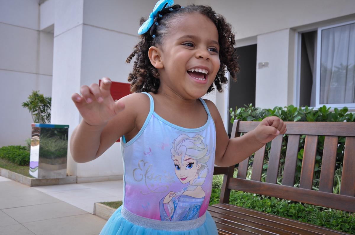 sorriso radiante da aniversariante em sua festa no Condomínio São Paulo, SP, tema da festa Frozen