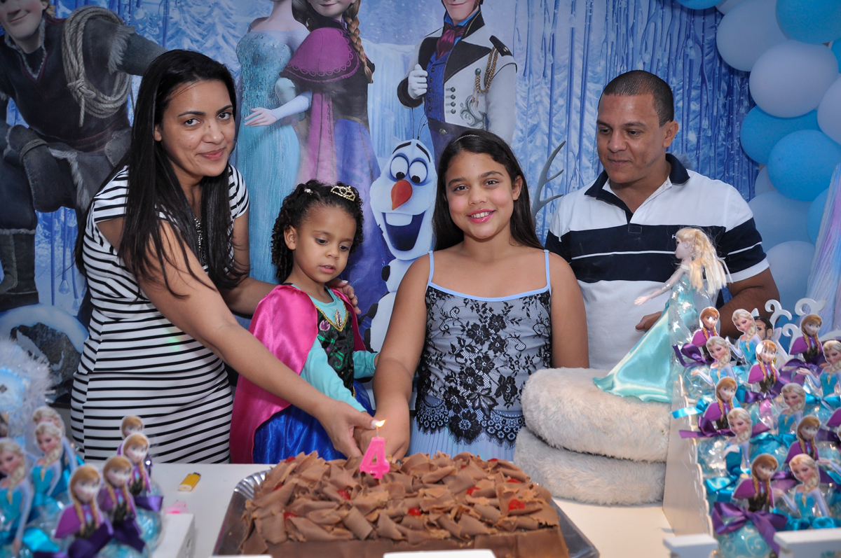 cortando o primeiro pedaço de bolo, quem será que vai ganhar? no Condomínio São Paulo, SP, tema da festa Frozen