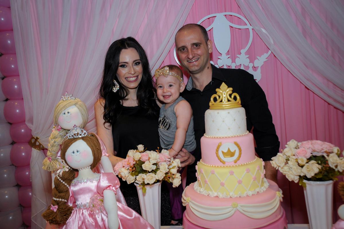 foto dos pais e a aniversariante no buffet amazing, alphaville,sp, tema da mesa bonecas princesas