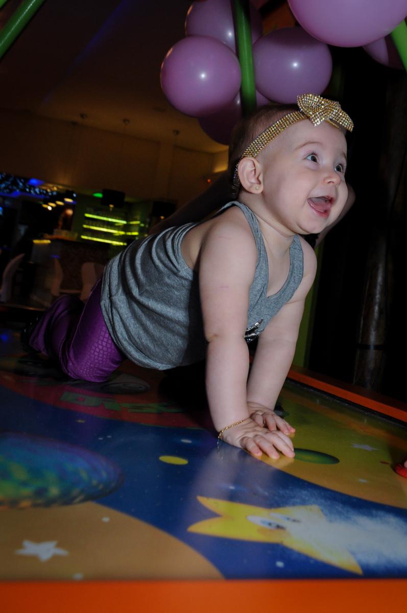 a aniversariante brinca em cima do futebol de mesa no buffet amazing, alphaville,sp, tema da mesa bonecas princesas