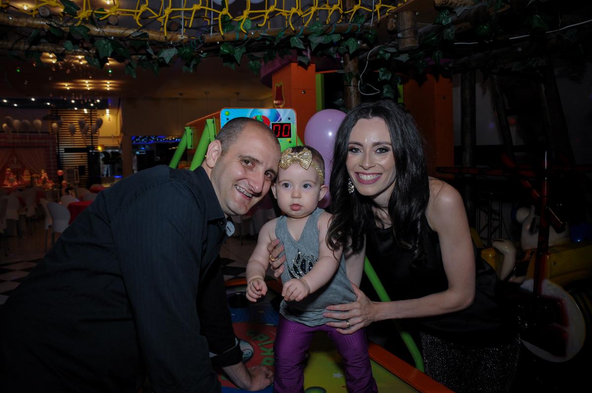 os pais de victória estão felizes com a festa da filha no buffet amazing, alphaville,sp, tema da mesa bonecas princesas