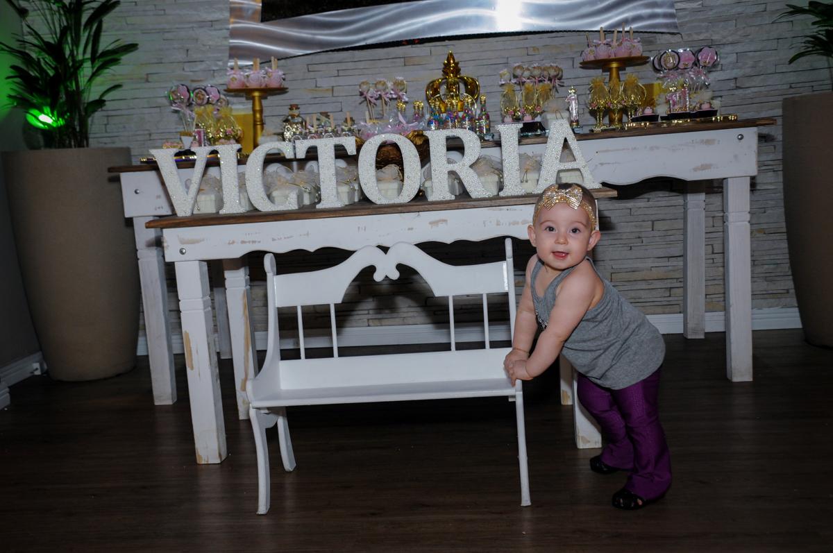 victória posa para fotos no buffet amazing, alphaville,sp, tema da mesa bonecas princesas