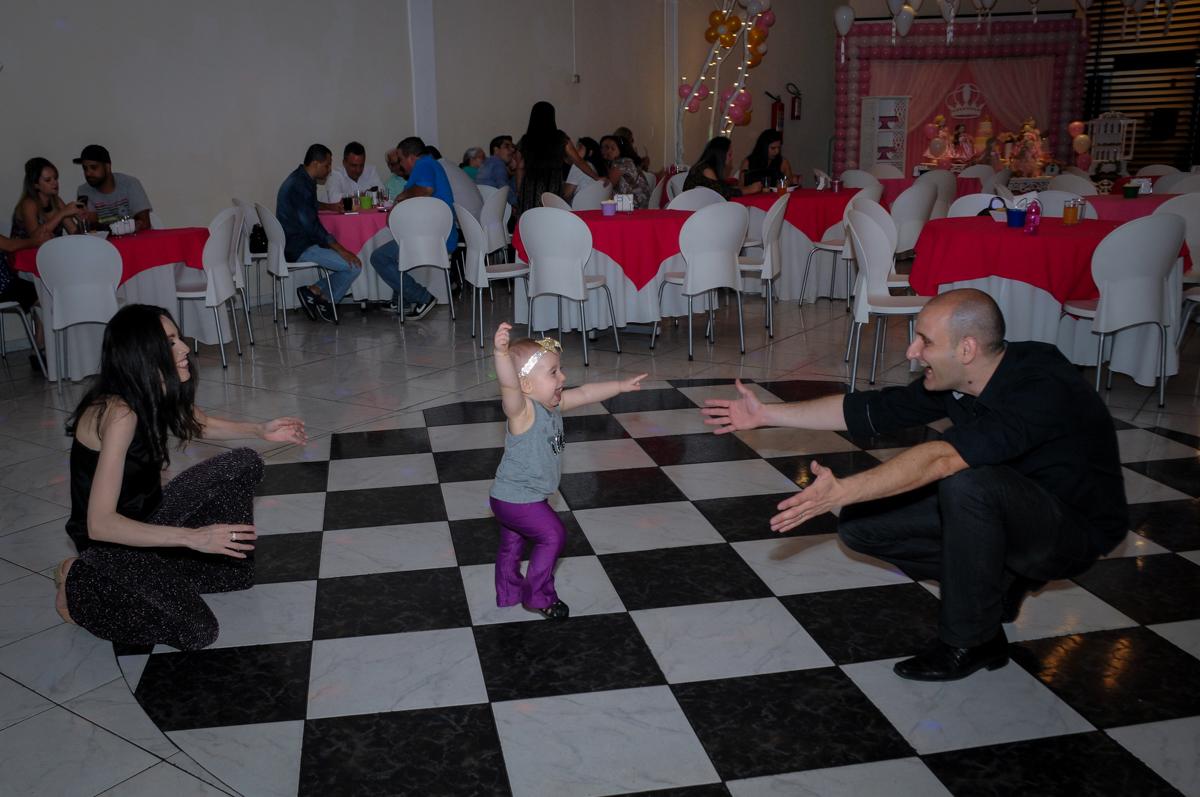 victória treina seus primeiros passinhos no buffet amazing, alphaville,sp, tema da mesa bonecas princesas