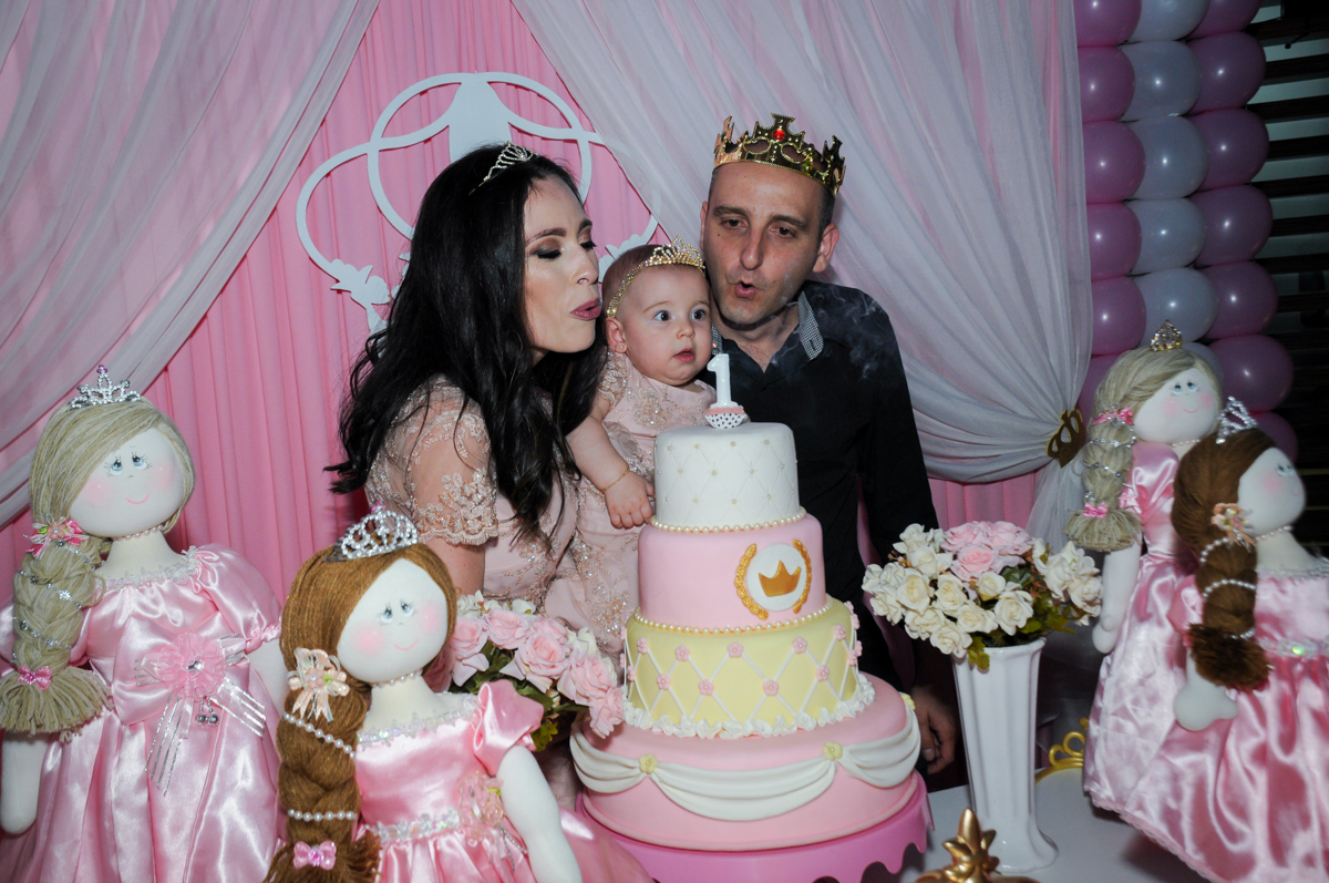 soprando a velinha do bolo no buffet amazing, alphaville,sp, tema da mesa bonecas princesas