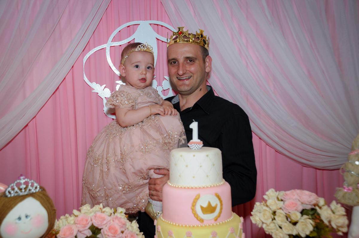 os pais e victória usam coras de rei, rainha e princesa no buffet amazing, alphaville,sp, tema da mesa bonecas princesas