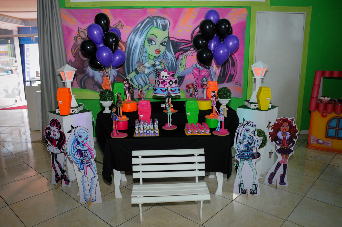 Mesa decorada no Buffet Balão Mágico, Osasco, São Paulo tema da mesa Minie Vermelha e Monster High