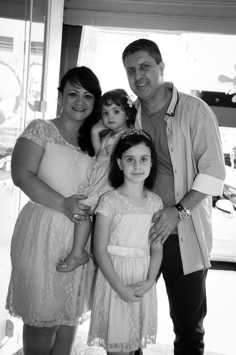 foto da família na entrada para o aniversário de Rafaella 9 anos e Rebecca 2 anos no Buffet Balão Mágico, Osasco, São Paulo tema da mesa Minie Vermelha e Monster High