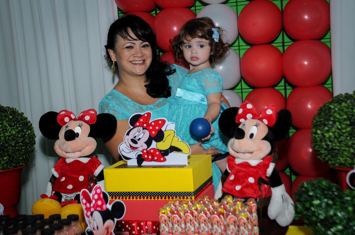 mamãe posa para foto com aniversariante no Buffet Balão Mágico, Osasco, São Paulo tema da mesa Minie Vermelha e Monster High