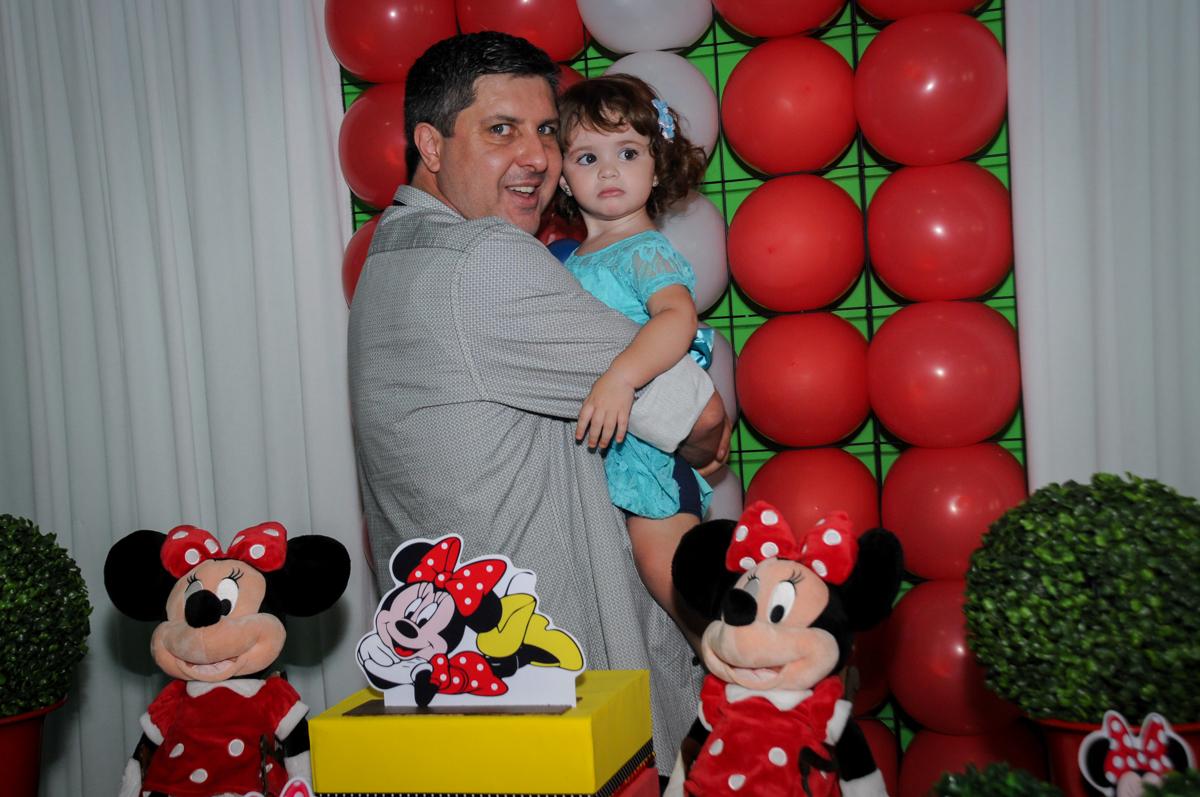 papai tambem faz fotinho com a aniversariante no Buffet Balão Mágico, Osasco, São Paulo tema da mesa Minie Vermelha e Monster High