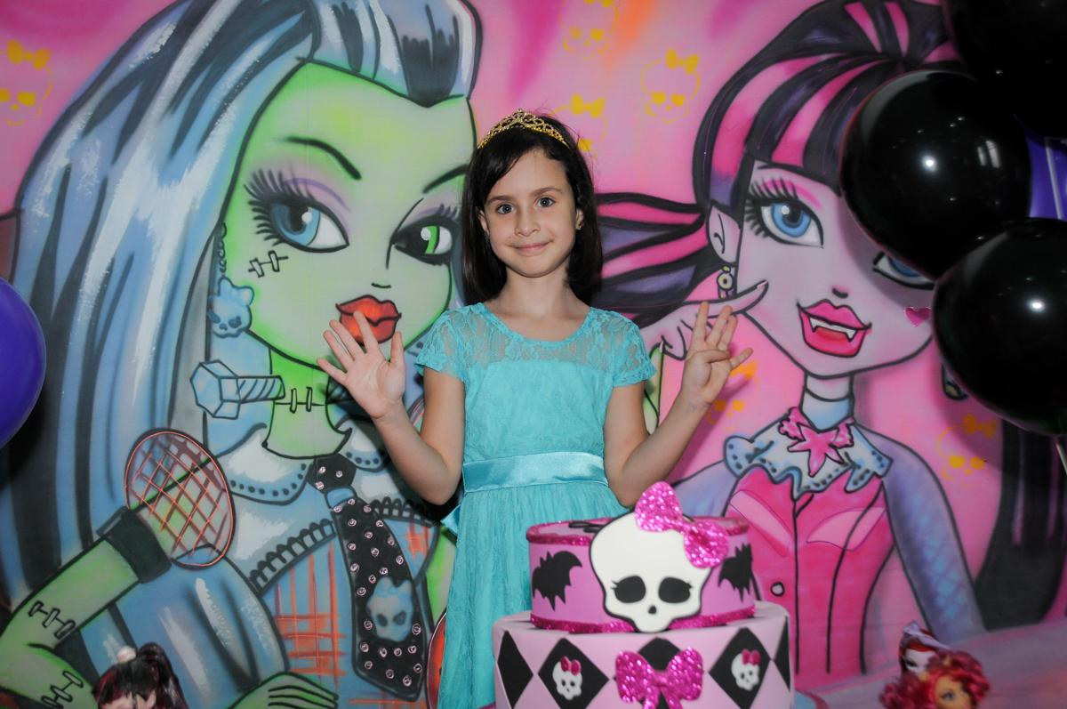 Rafaella faz foto no Buffet Balão Mágico, Osasco, São Paulo tema da mesa Minie Vermelha e Monster High