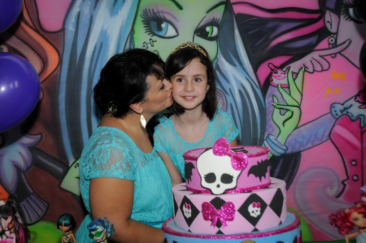 aniversariante ganha beijinho da mamãe no Buffet Balão Mágico, Osasco, São Paulo tema da mesa Minie Vermelha e Monster High