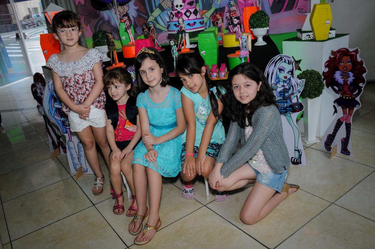 as amiguinhas também fazem foto com a Rafaella no Buffet Balão Mágico, Osasco, São Paulo tema da mesa Minie Vermelha e Monster High