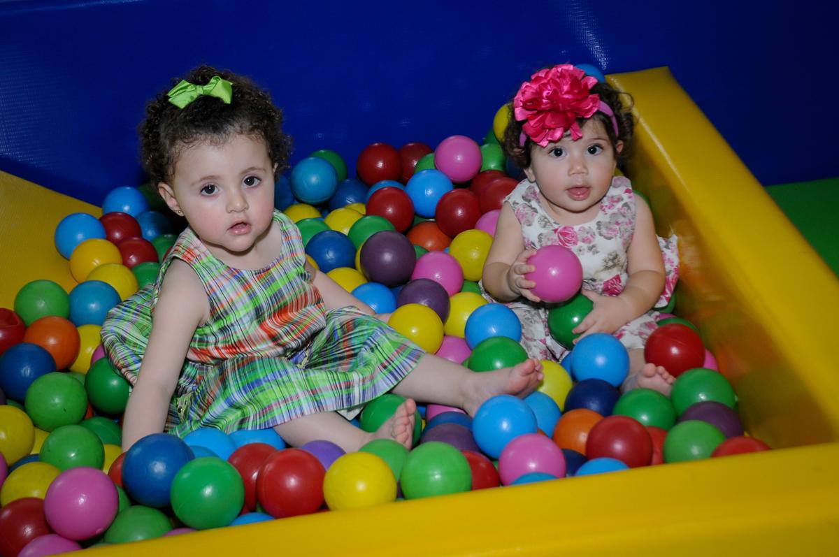 as convidadas também brincam na piscina de bolinha no Buffet Balão Mágico, Osasco, São Paulo tema da mesa Minie Vermelha e Monster High