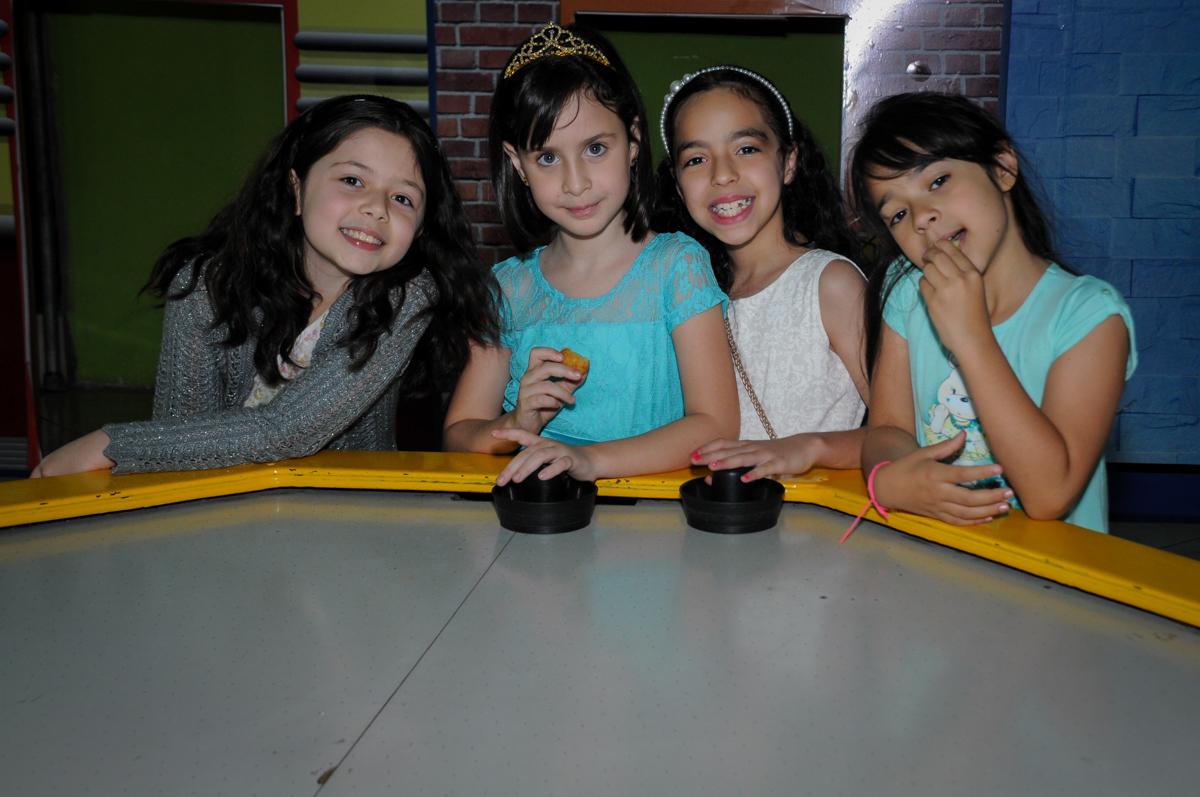 todas as amiguinhas se divertem com o futebol de mesa no Buffet Balão Mágico, Osasco, São Paulo tema da mesa Minie Vermelha e Monster High