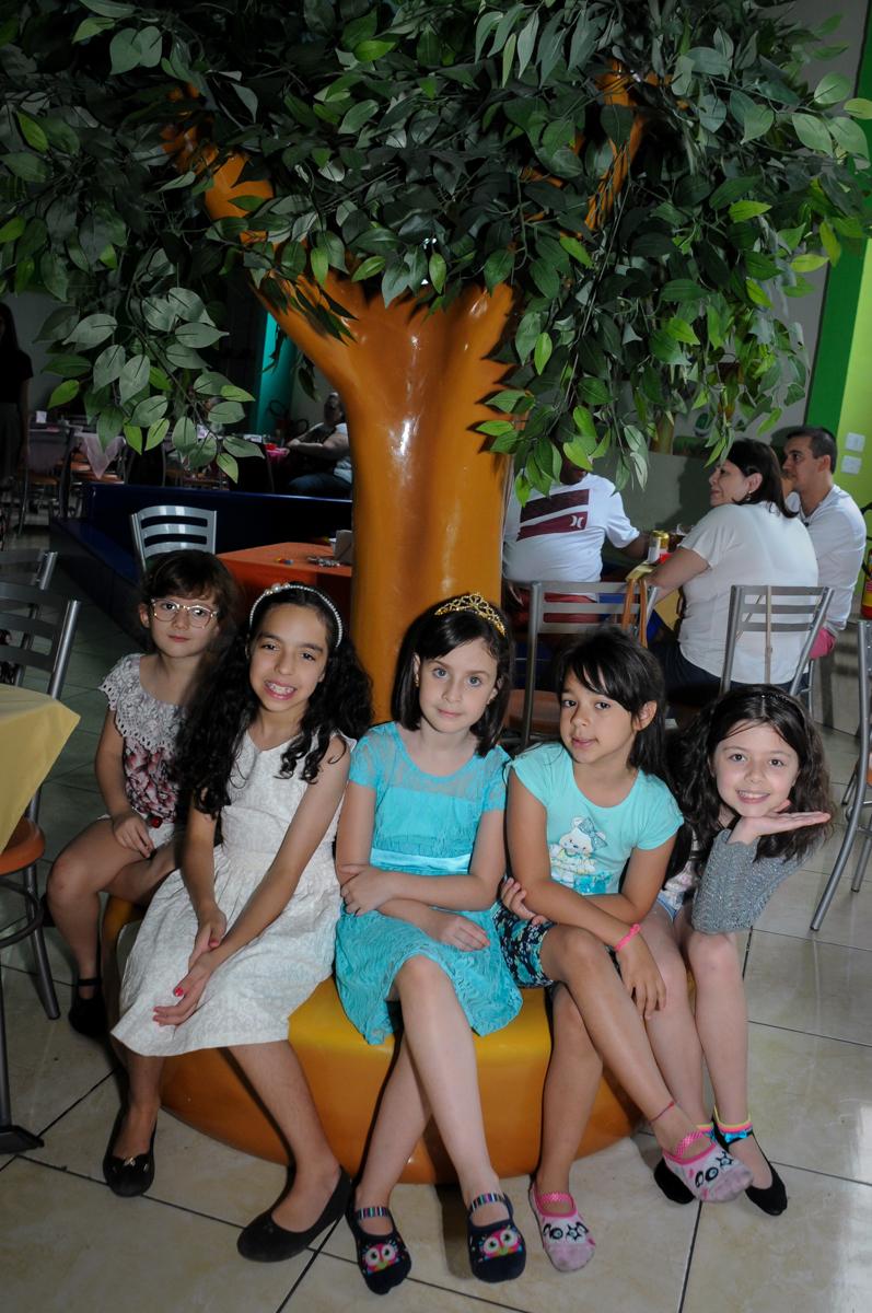 posando para a foto na festa da Rafaella e da Rebecca no Buffet Balão Mágico, Osasco, São Paulo tema da mesa Minie Vermelha e Monster High