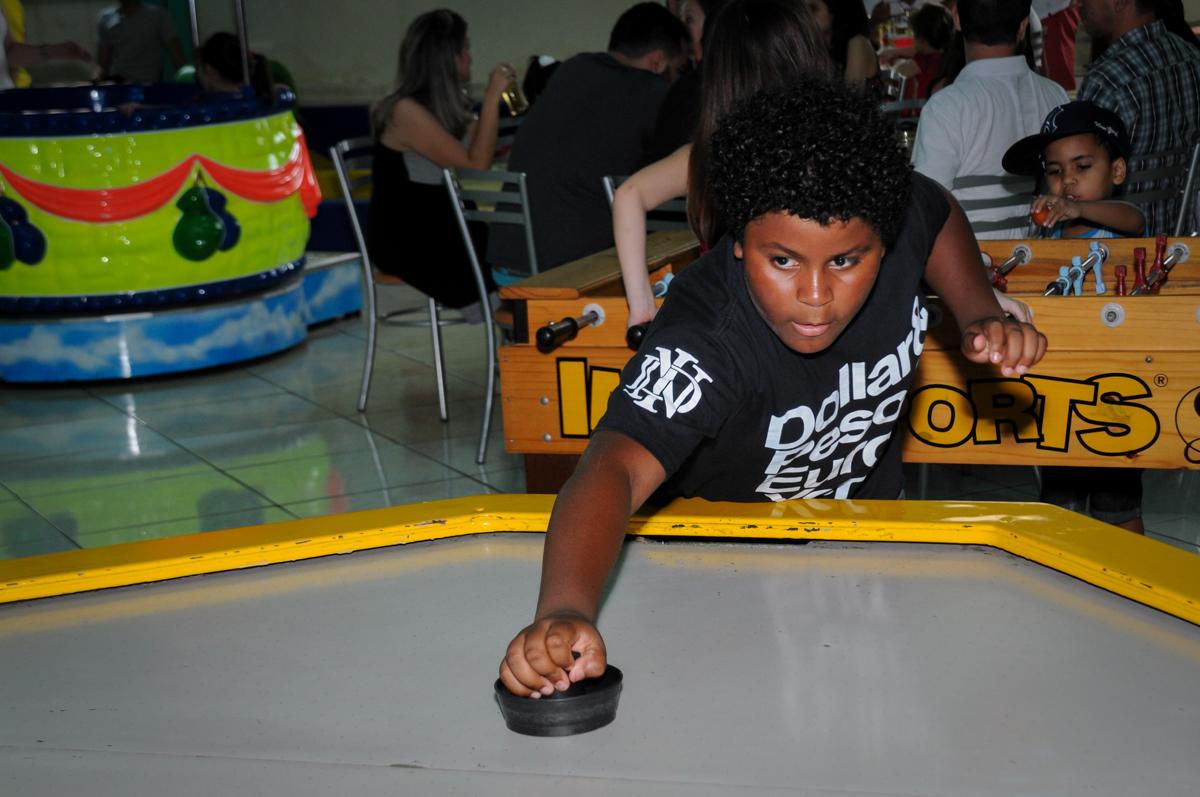 amigo ganha o jogo de futebol de mesa no Buffet Balão Mágico, Osasco, São Paulo tema da mesa Minie Vermelha e Monster High