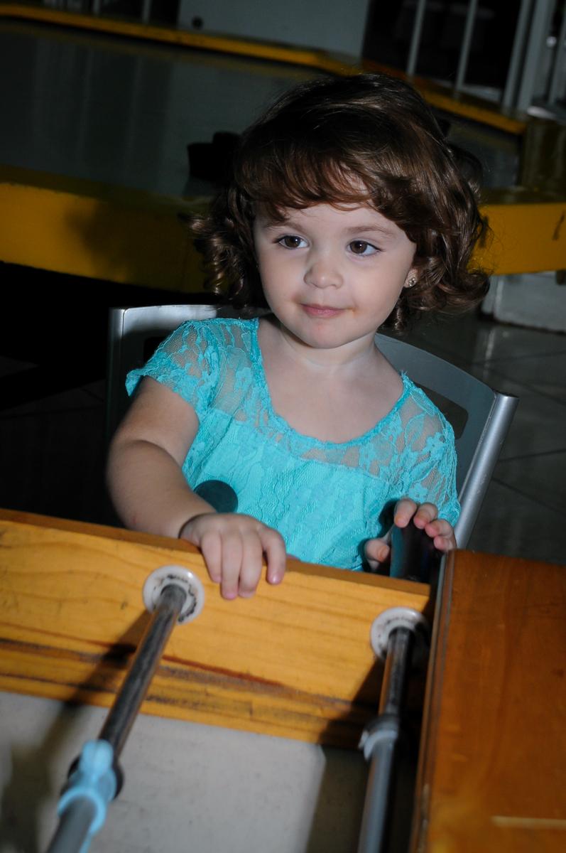 Rebecca também quer participar do jogo no Buffet Balão Mágico, Osasco, São Paulo tema da mesa Minie Vermelha e Monster High