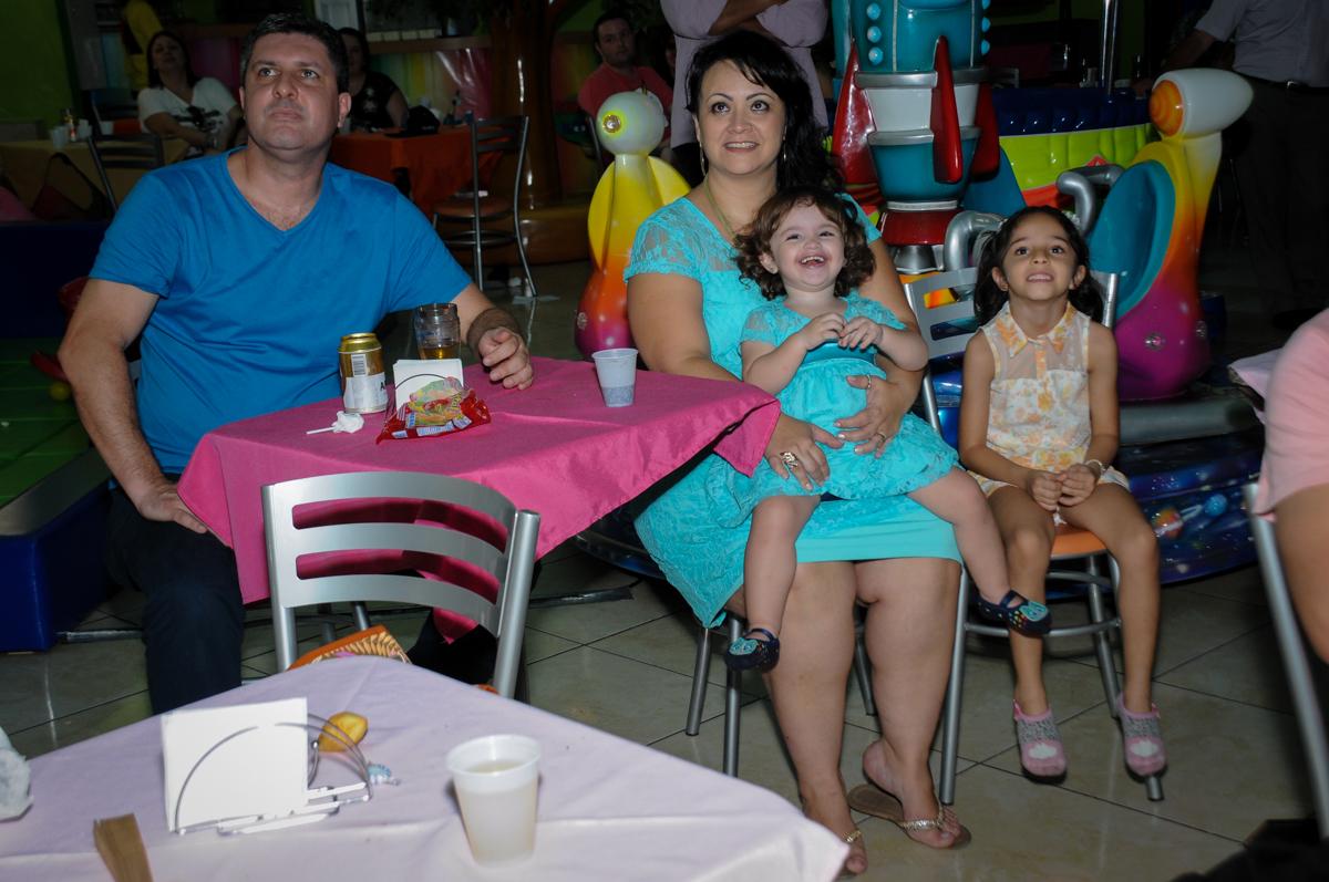 A família assiste a retrospectiva no Buffet Balão Mágico, Osasco, São Paulo tema da mesa Minie Vermelha e Monster High