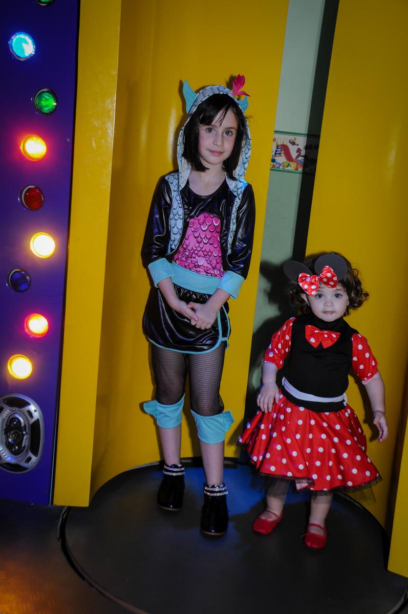 as aniversariante vão para a máquina do parabéns no Buffet Balão Mágico, Osasco, São Paulo tema da mesa Minie Vermelha e Monster High