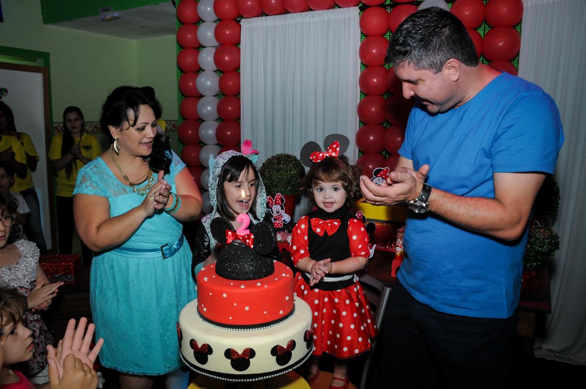 cantando parabéns para Rafaella e para a Rebecca no Buffet Balão Mágico, Osasco, São Paulo tema da mesa Minie Vermelha e Monster High