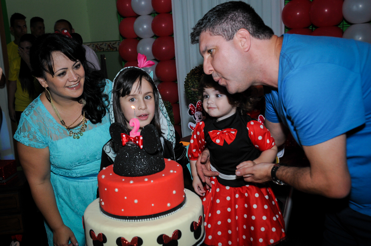 soprando a velinha do bolo no Buffet Balão Mágico, Osasco, São Paulo tema da mesa Minie Vermelha e Monster High
