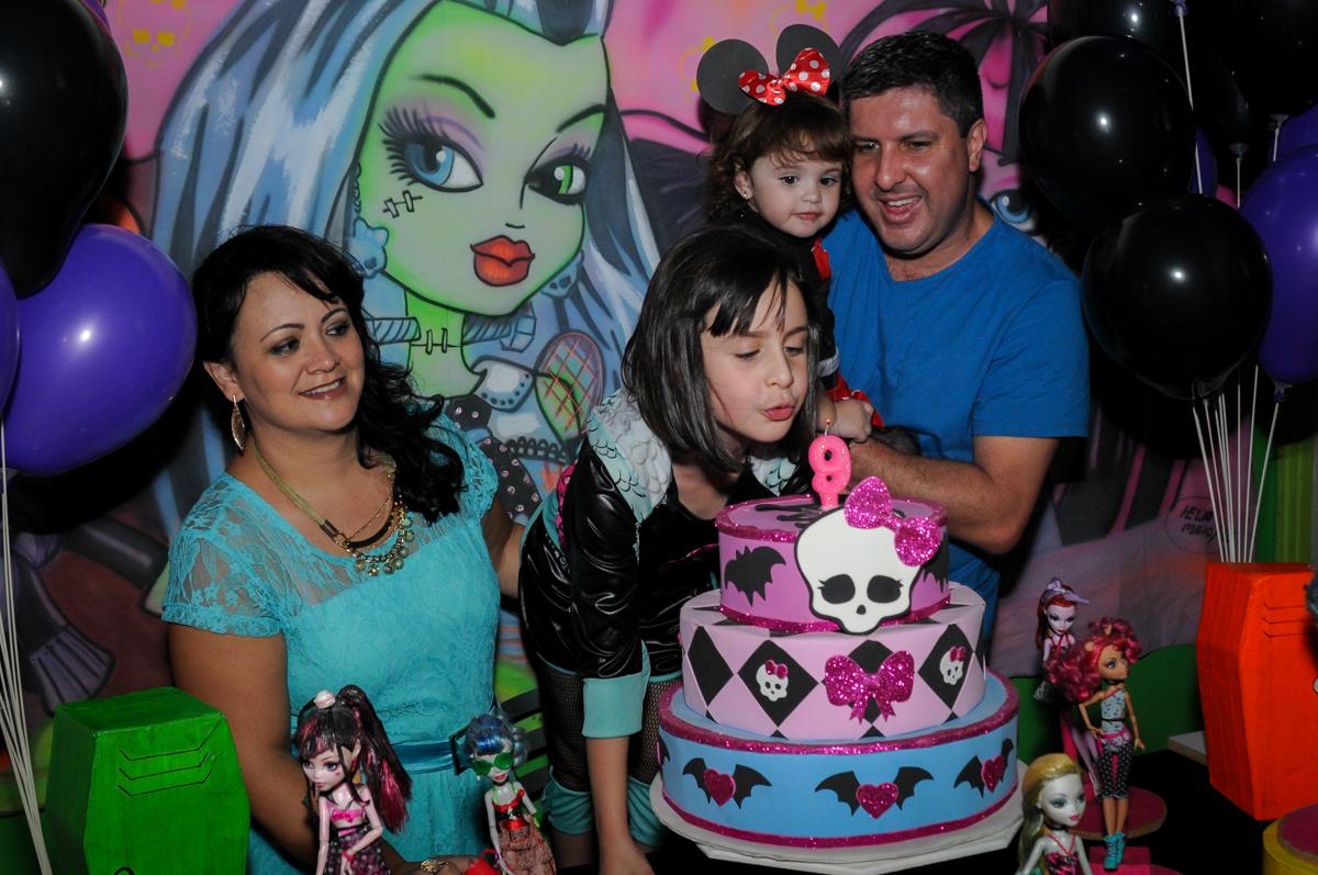 Rafaella também assopra a velinha do bolo no Buffet Balão Mágico, Osasco, São Paulo tema da mesa Minie Vermelha e Monster High