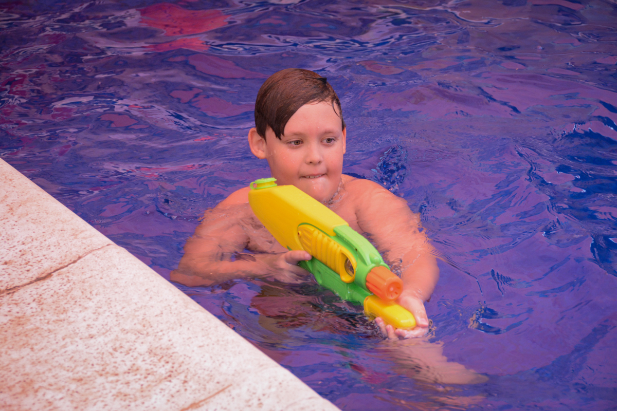 brincadeira na piscina no Condomínio Morumbi, São Paulo festa Leonardo 1 aninho, tema Mickey