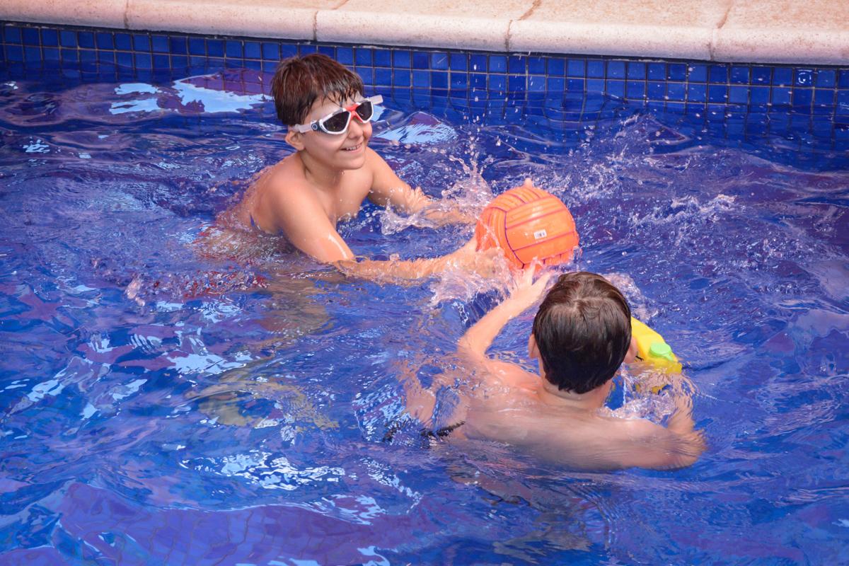 jogo de volei na piscina no Condomínio Morumbi, São Paulo festa Leonardo 1 aninho, tema Mickey