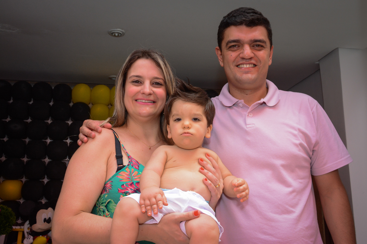 papai e mamãe orgulhosos com o aniversariante no Condomínio Morumbi, São Paulo festa Leonardo 1 aninho, tema Mickey