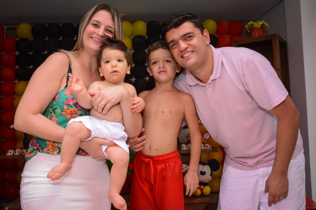 família unida faz pose para foto no Condomínio Morumbi, São Paulo festa Leonardo 1 aninho, tema Mickey