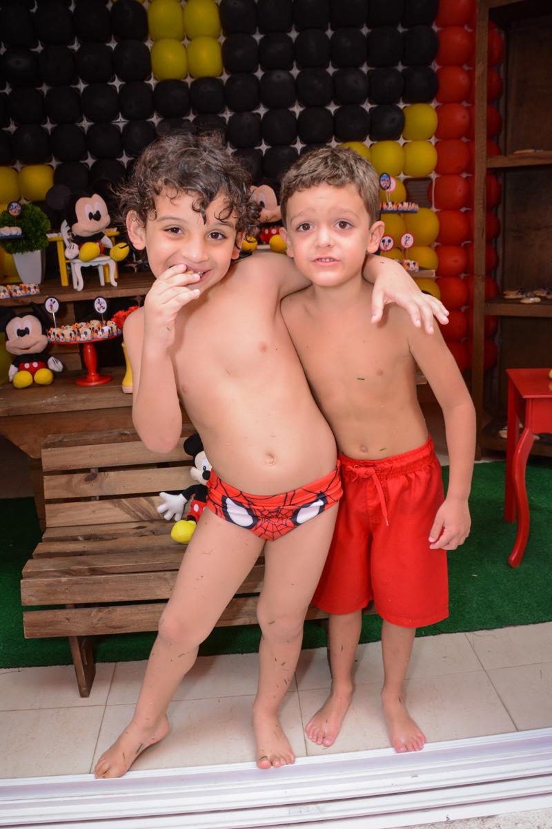 irmãozinho do aniversariante feliz no Condomínio Morumbi, São Paulo festa Leonardo 1 aninho, tema Mickey
