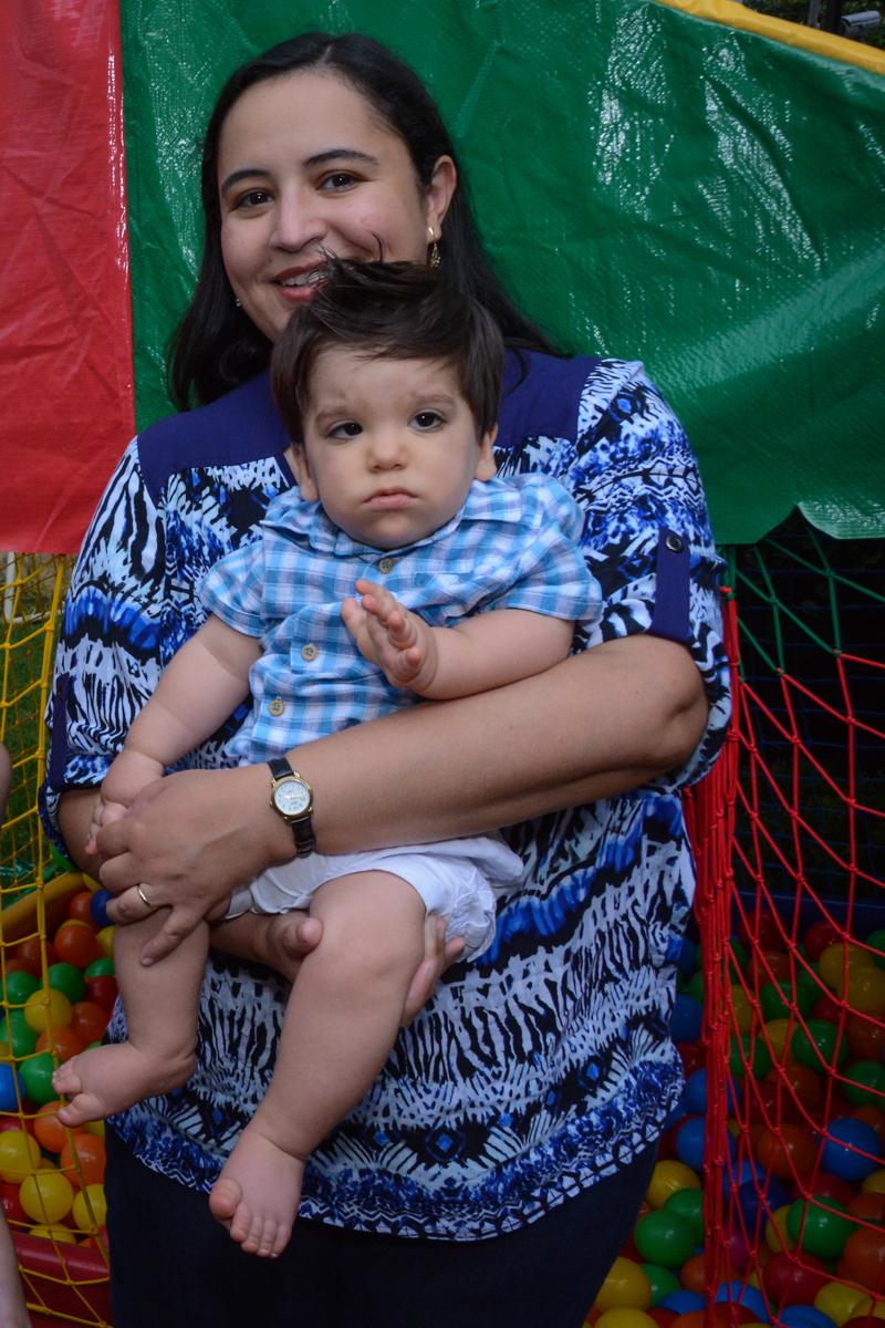 o aniversariante no colo da convidada no Condomínio Morumbi, São Paulo festa Leonardo 1 aninho, tema Mickey