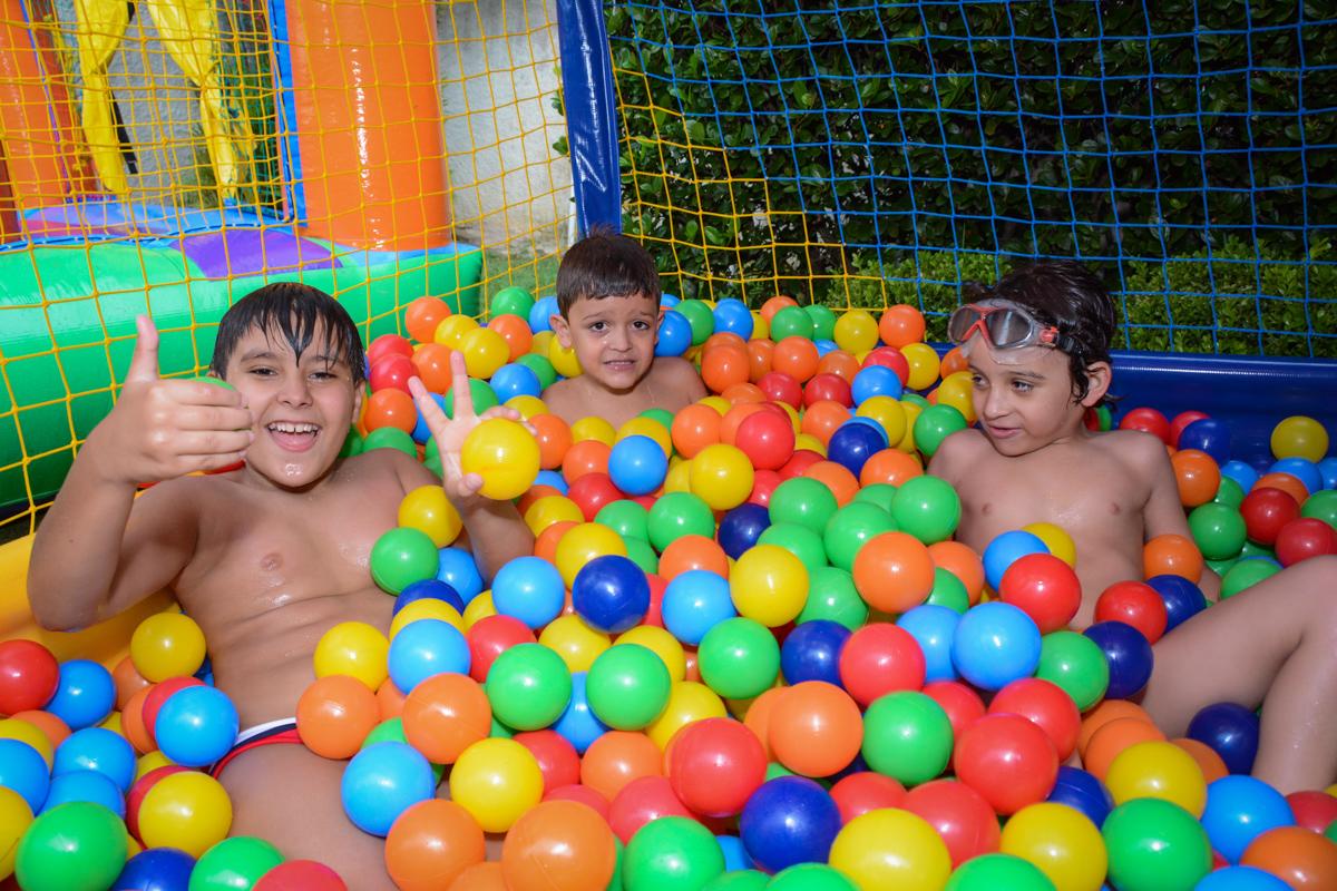 brincadeiras na piscina de bolinha no Condomínio Morumbi, São Paulo festa Leonardo 1 aninho, tema Mickey